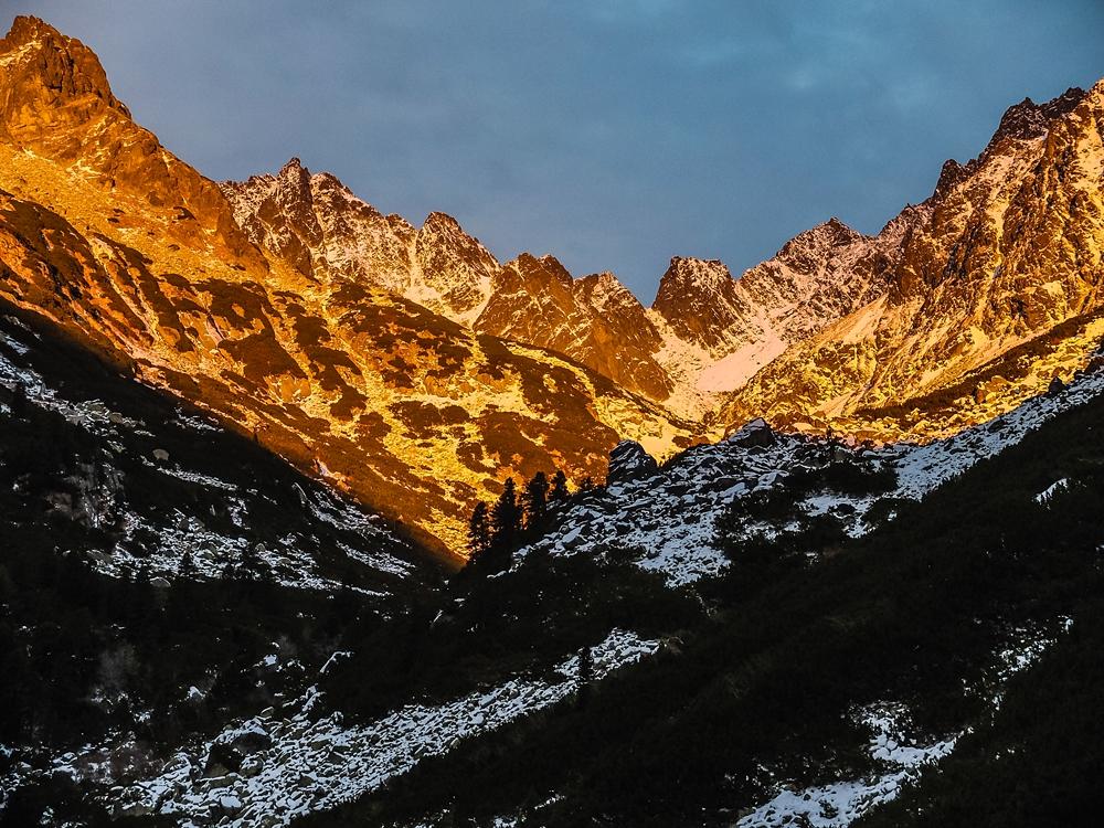 Zachód słońca nad doliną Złomisk - grudzień 2014 r. Aparat: Fuji x20 / Obiektyw: Fujinon ASP, 28-112 mm f.2.0-2.8