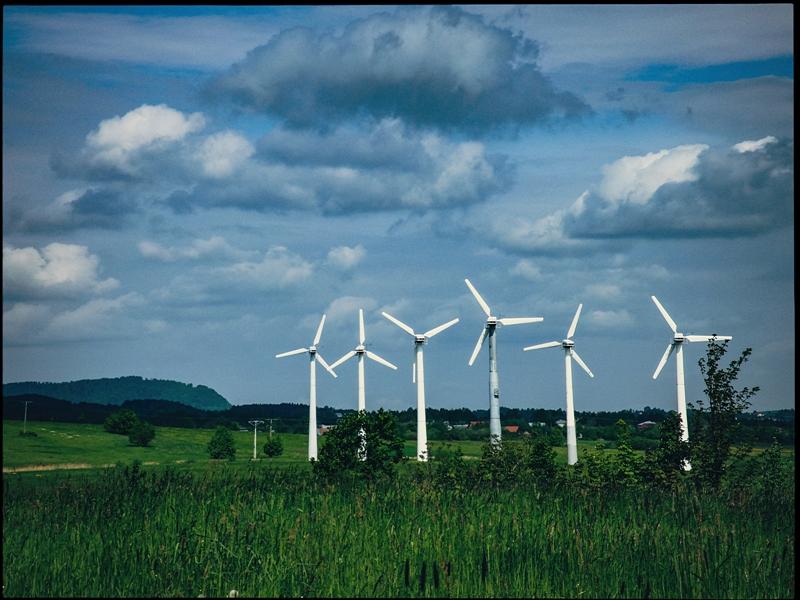 Farma wiatrowa tuż za Nowym Żmigrodem - dziś wykręca 200% normy, bo ostro wieje z północnego-zachodu.