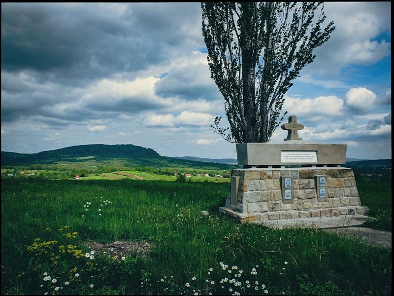 Kulminacja drogi w okolicach Folusza, jeden z wielu pomników poświęconych ofiarom I Wojny Światowej.