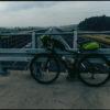 Autostrada otoczona barierami, choć sama w sobie jest barierą.