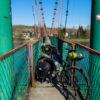 Na moście wiszącym we wsi Słonne